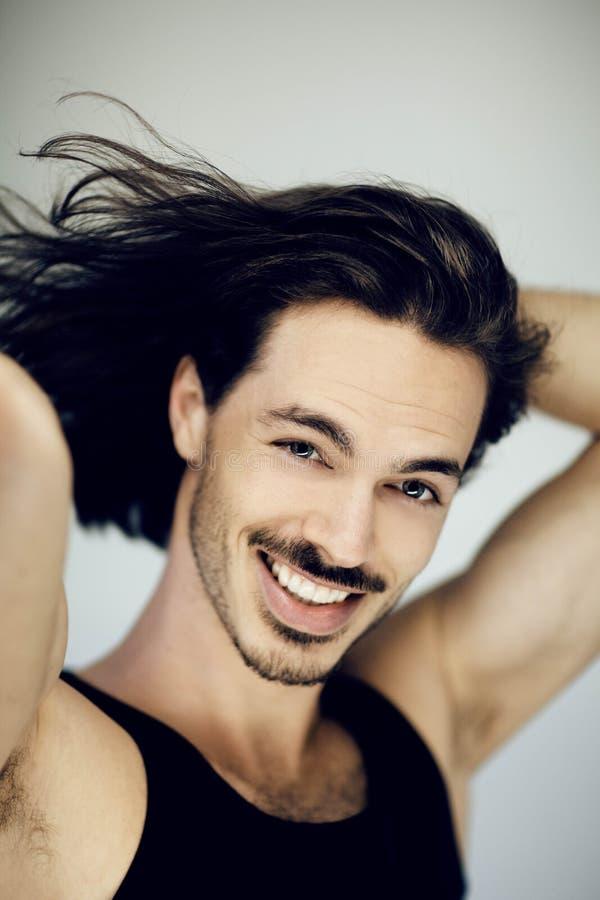 Mycket attraktiv ung, idrotts- muskulös man som ler skönhetståenden royaltyfri fotografi