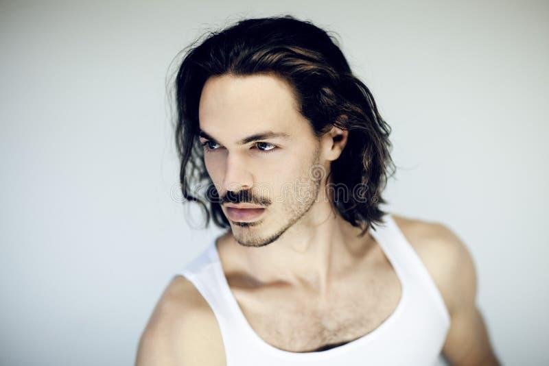 Mycket attraktiv ung, idrotts- muskulös man som ler skönhetståenden royaltyfria bilder