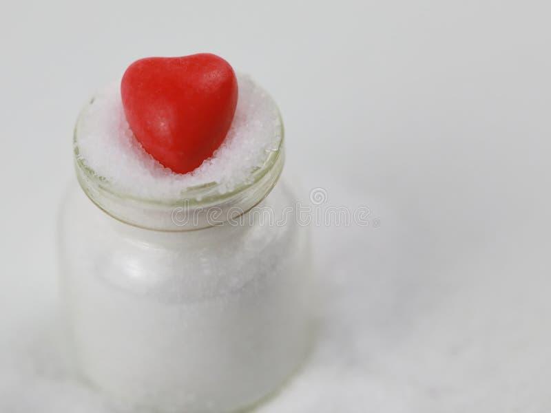 Mycket av det naturliga havet som är salt på glasflaskor med röd förälskelse arkivfoton