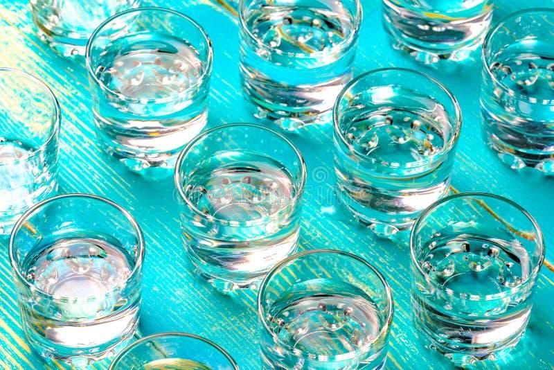 Mycket av vodka ställde upp exponeringsglas för alkohol från exponeringsglas i rader royaltyfri fotografi