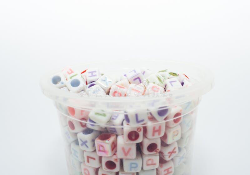 Mycket färgrika kuber med bokstäver på en vit bakgrund royaltyfri bild