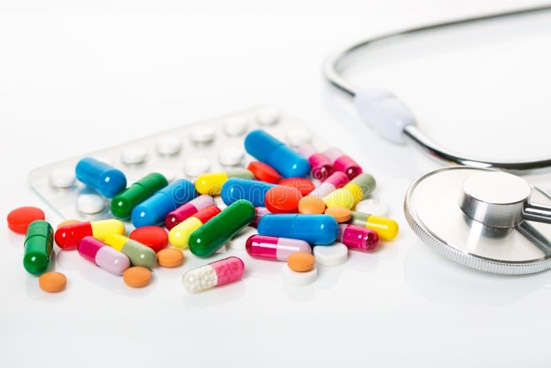 Mycket färgrika läkarbehandling och preventivpillerar arkivbild