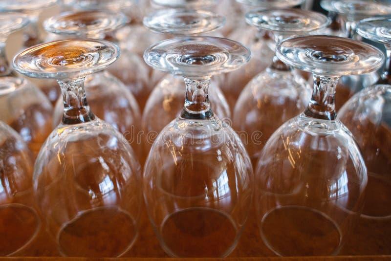 Mycket för bägare för kristallexponeringsglas uppochnervänt arkivbilder