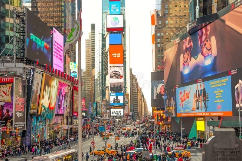 Mycket folk och annonseringar i Times Square michigan för amerikansk auto konvertibel detroit redaktörs- internationell jaguar fö royaltyfria foton