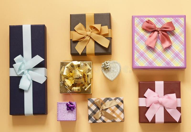 Mycket gåvaaskar med pilbågar arkivbild