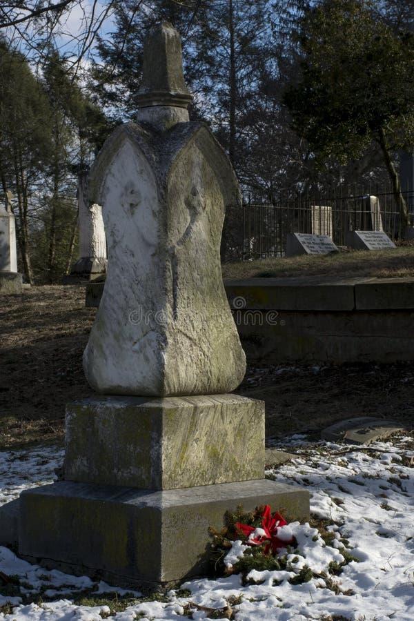 Mycket gamla kyrkogårdmonument royaltyfri fotografi