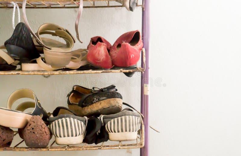Mycket gamla skor arkivfoto