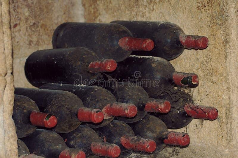 Mycket gamla vinflaskor arkivbild