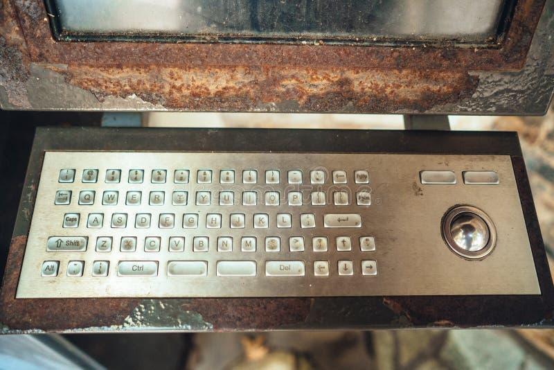 Mycket gammal dator, rostigt tangentbord med bildskärmen royaltyfria foton