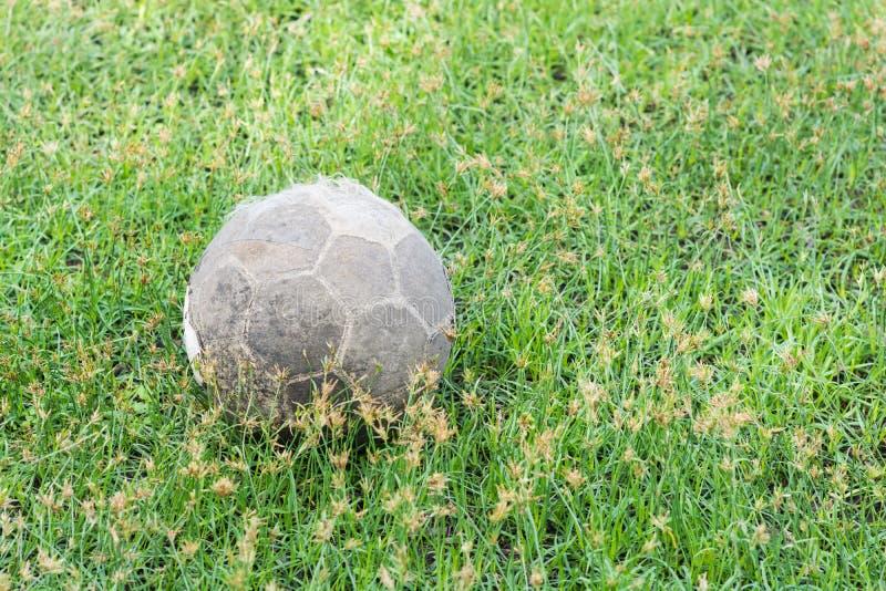 Mycket gammal fotbollfotboll arkivfoton