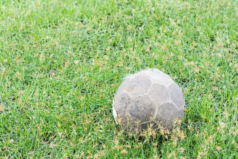 Mycket gammal fotbollfotboll royaltyfria foton