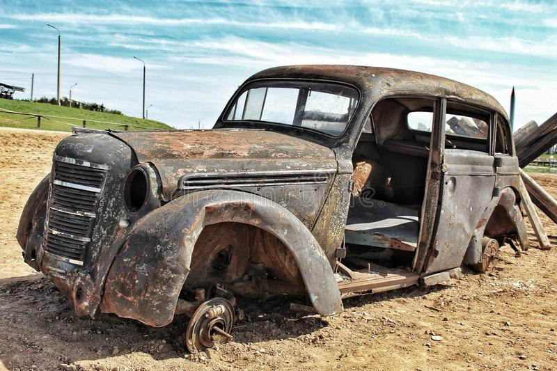 Mycket gammal och forcerad bil royaltyfri bild