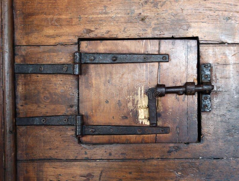 Mycket gammal trädörr med ett lås royaltyfri bild