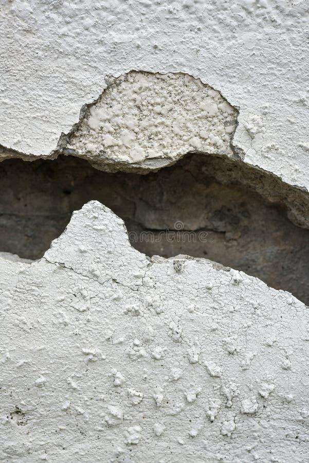 Mycket gammal vägg med en spricka på den arkivbilder