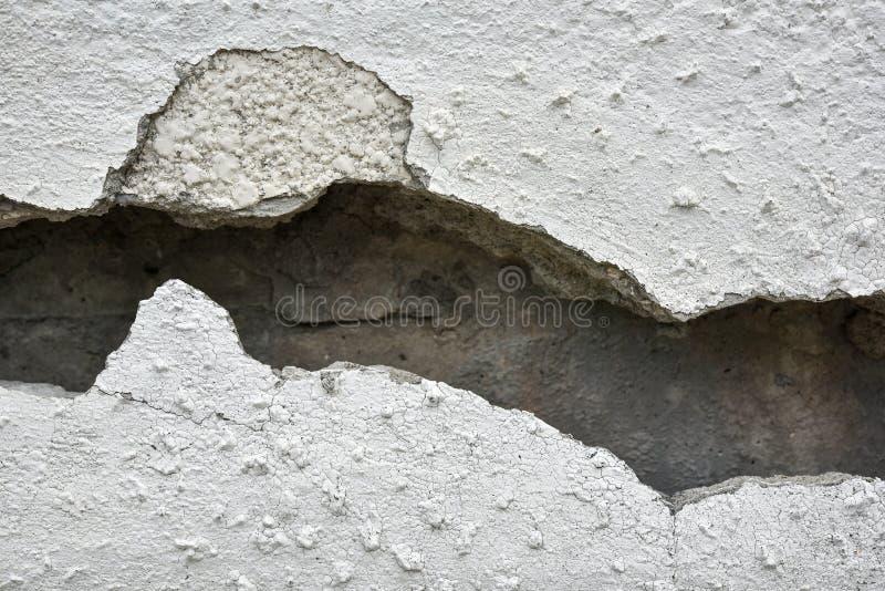 Mycket gammal vägg med en spricka på den royaltyfri foto