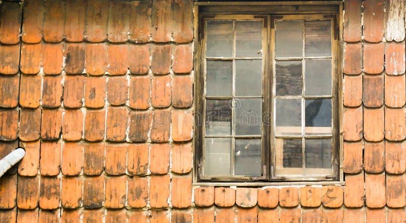 Mycket gammal vägg med fönstret royaltyfri bild