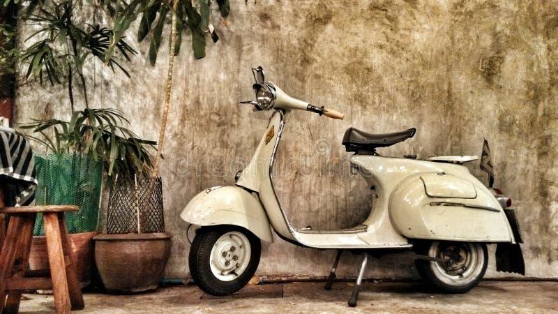 Mycket gammal vit sparkcykelmoped av det italienska märket arkivfoton