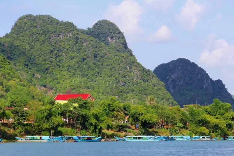 Mycket gammalt hus för fartyg för flod för Karstbergson, Phong Nha, Vietnam fotografering för bildbyråer