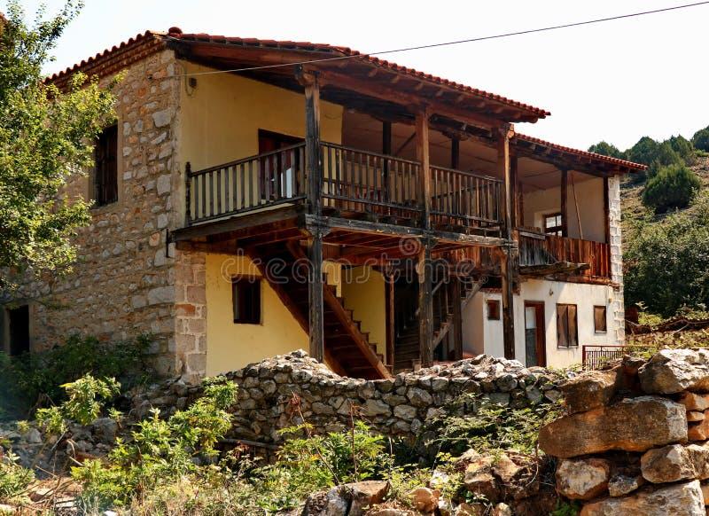 Mycket gammalt macedonian byhus arkivbilder