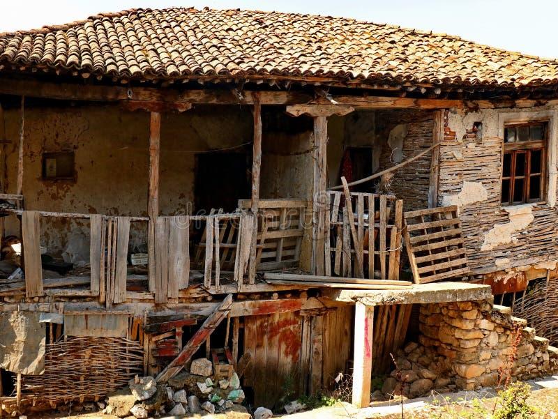 Mycket gammalt macedonian byhus arkivfoto