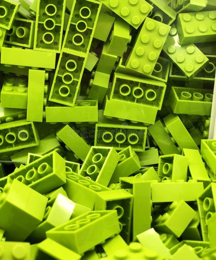 Mycket gröna plast- Lego kvarter royaltyfria bilder