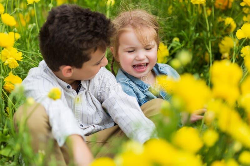 Mycket gullig härlig liten syster som kramar hennes storebror Sött S fotografering för bildbyråer