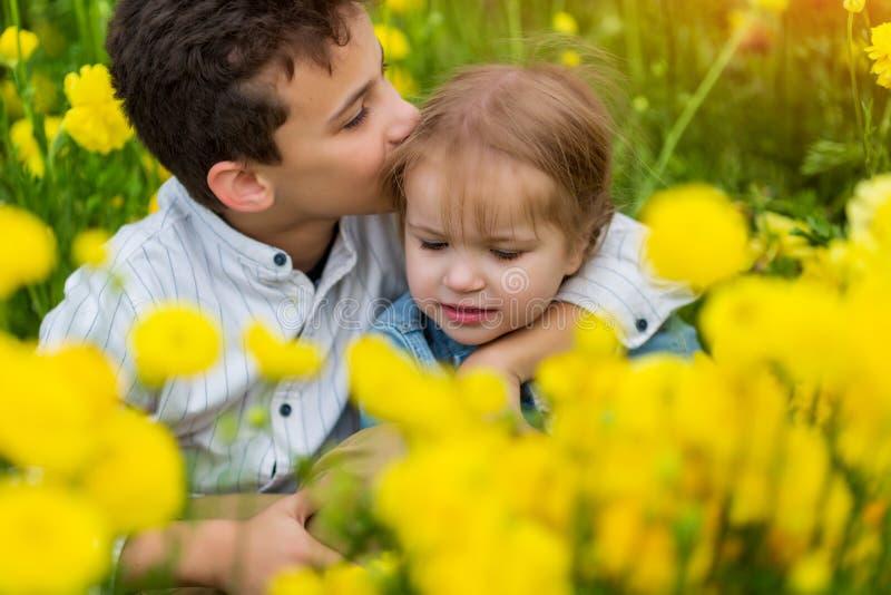 Mycket gullig h?rlig liten syster som kramar hennes storebror S?tt S arkivbilder