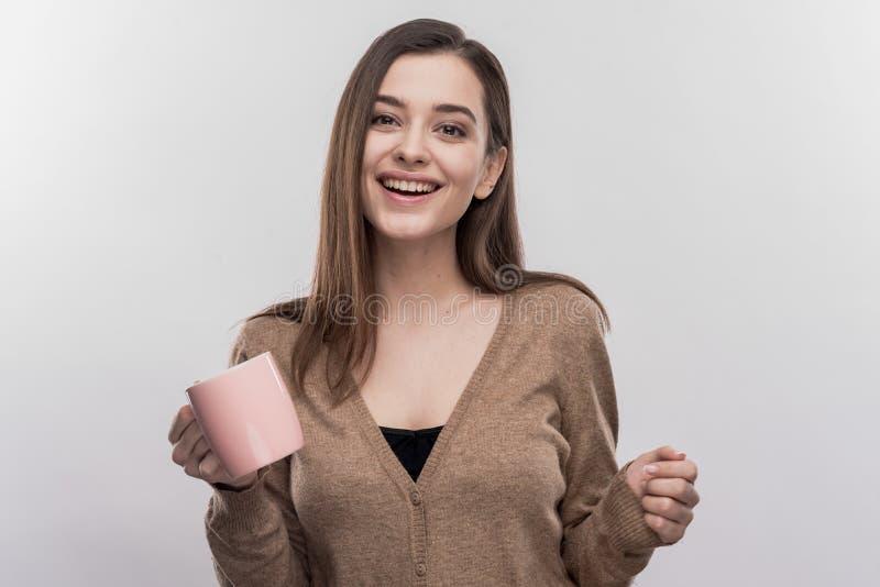 Mycket härlig le kvinna som känner sig extremt gladlynt och lycklig royaltyfri foto