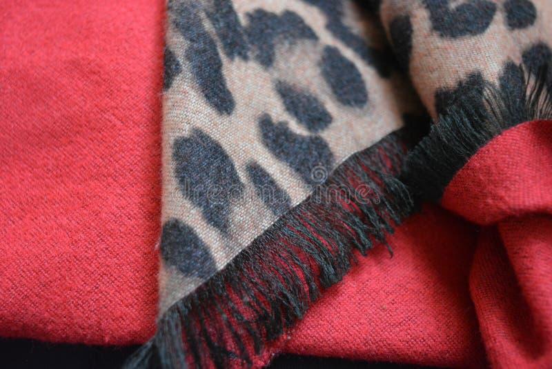Mycket härlig leopardfärgläggning, leopardtrycksvart och beige färgbakgrund i fläckar, prickar på rött tyg royaltyfria foton