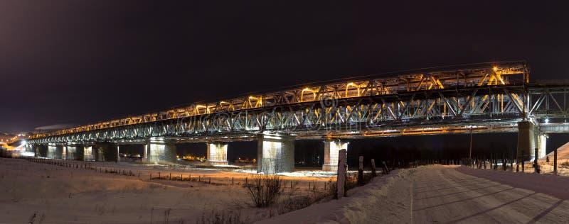 Mycket härlig metallbro över Obet River royaltyfria foton