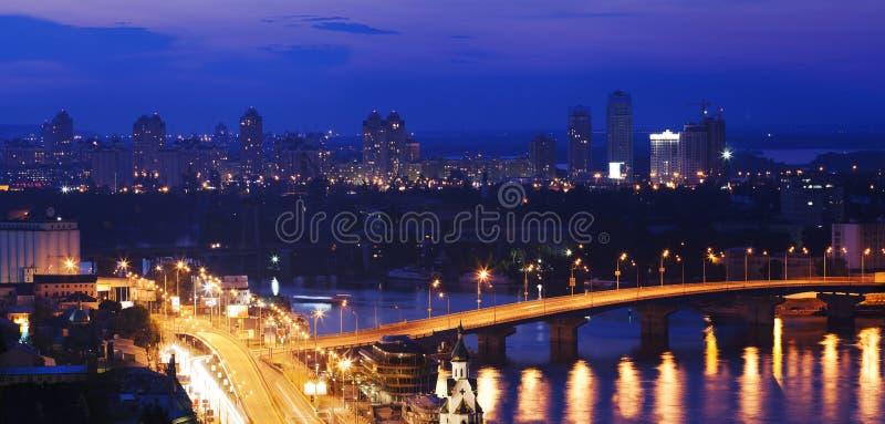 Mycket härlig nattstad arkivbild