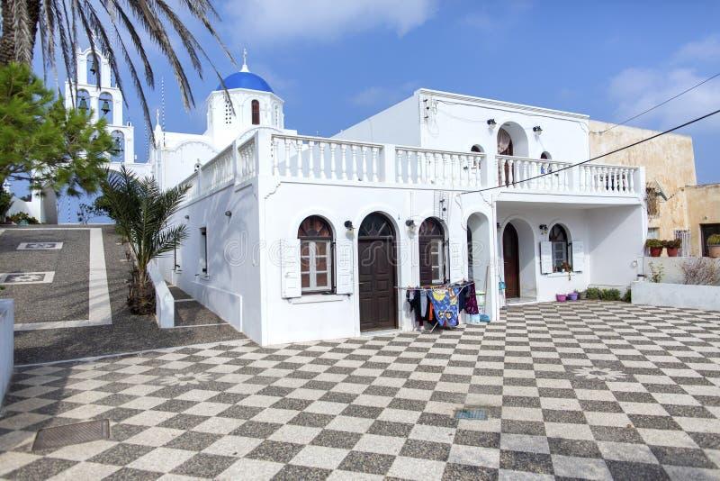 Mycket härlig ortodox kyrka i staden av Karterados på ön av Santorini Typisk vit kyrka på Santorini Foto av a arkivbild