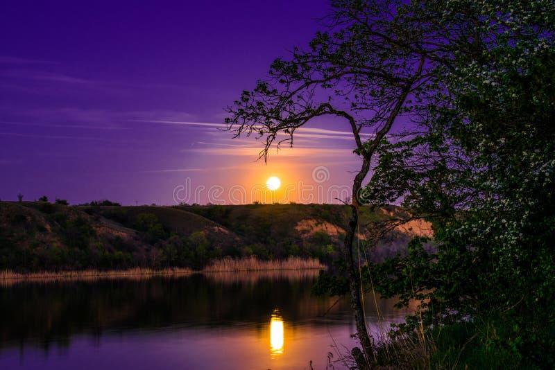 Mycket härliga och färgrika natt- och aftonlandskap över floden Seversky Donets i den Rostov regionen En rik månbelyst sunse royaltyfri bild