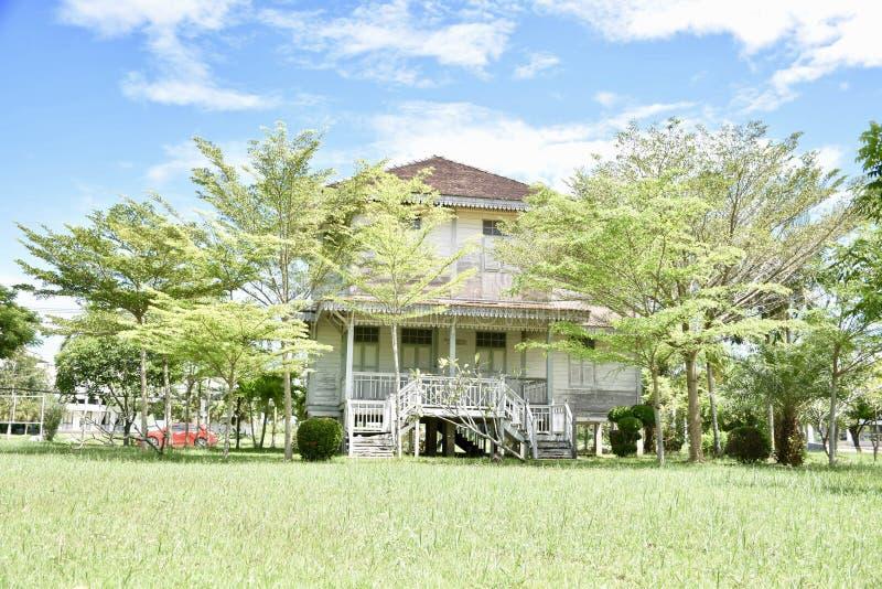 Mycket härligt trädgårdhus i Thailand arkivfoto