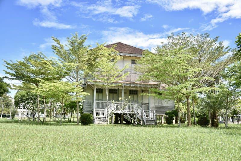 Mycket härligt trädgårdhus i Thailand royaltyfri foto