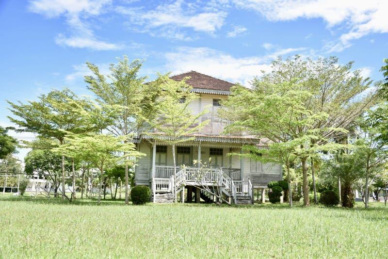 Mycket härligt trädgårdhus i Thailand arkivbild