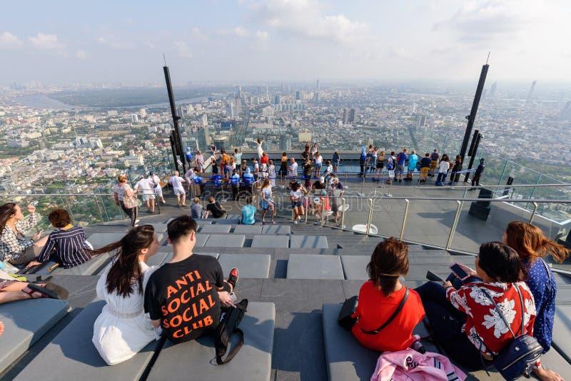 Mycket handelsresande på taksikten av Kingpower Mahanakhon högst byggnad fotografering för bildbyråer