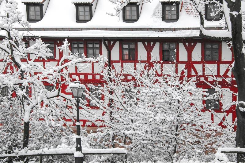 Mycket insnöat bavarianstaden fotografering för bildbyråer