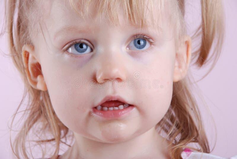 Mycket liten flicka royaltyfri foto
