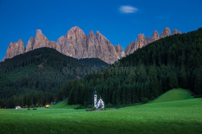 Mycket liten kyrka av San Giovanni i södra Tyrol's Val di Funes som är främst av Dolomiteberget royaltyfria bilder