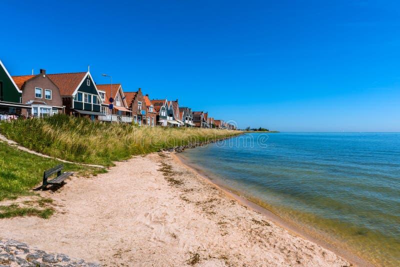 Mycket liten strand i Volendam Nederländerna royaltyfri foto