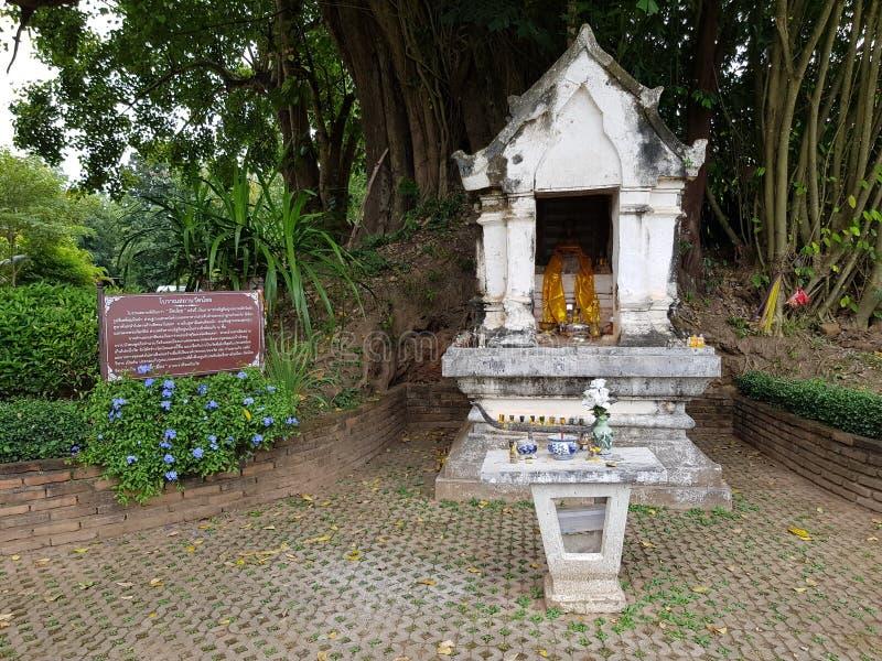 Mycket liten tempel i Thailand royaltyfria foton
