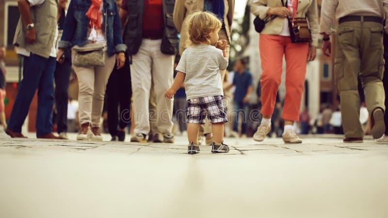 Mycket litet litet barn som ?ter bullen arkivfoto