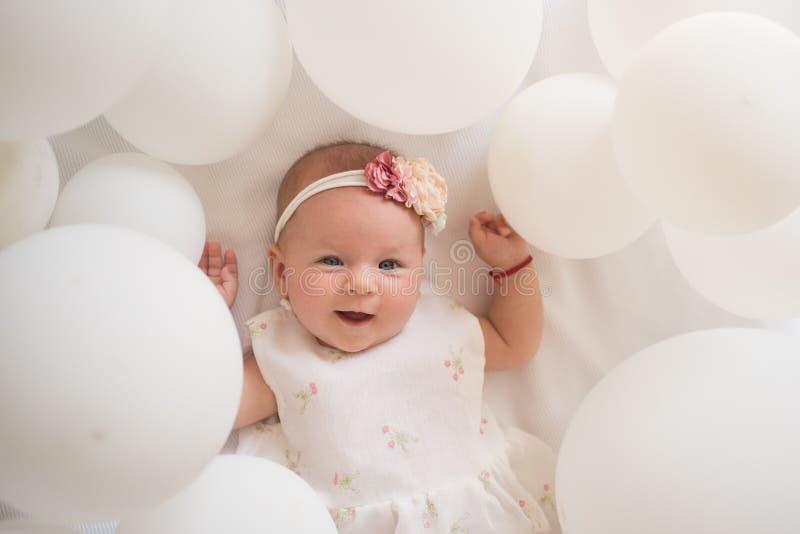 Mycket litet räcka familj Barnavård Barns dag liten flicka lycklig födelsedag behandla som ett barn bakgrund som sött isoleras li arkivfoton