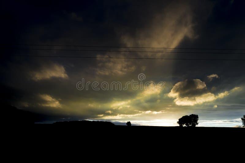 Mycket mörkt, horisont och solnedgång royaltyfri fotografi