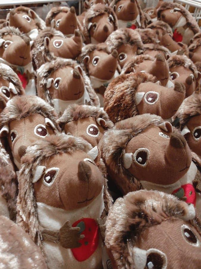 Mycket mjuk leksaker, bruk som en bakgrund Ett stort antal igelkottleksaker i den shoppa vagnen missbruk arkivbilder
