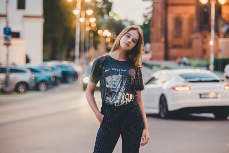 Mycket nätt flicka i en stad royaltyfri foto
