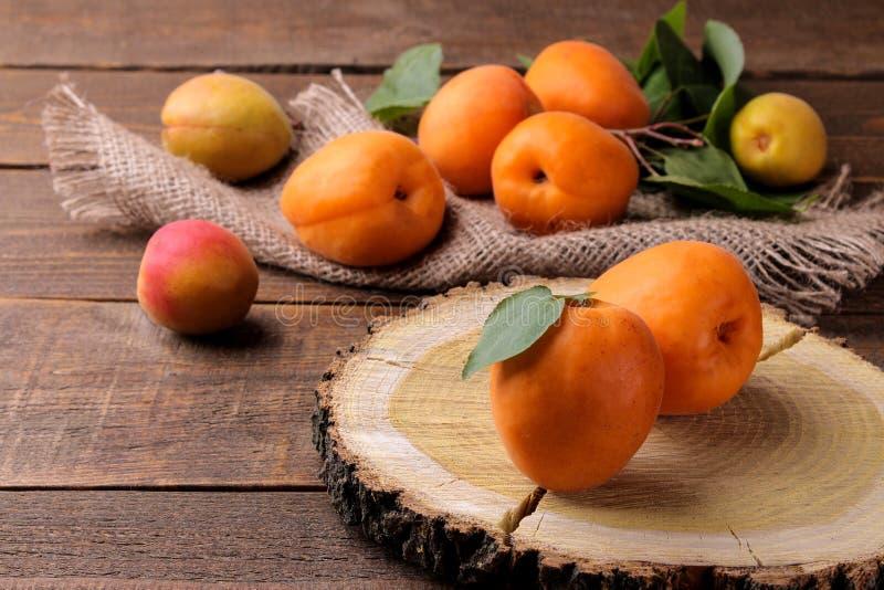 Mycket ny mogen aprikos i en p?se p? en brun tr?bakgrund royaltyfria foton