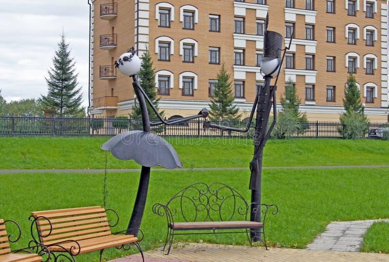 Mycket ovanliga gataljus installeras i parkera Ryssland siberia Sommar arkivbilder