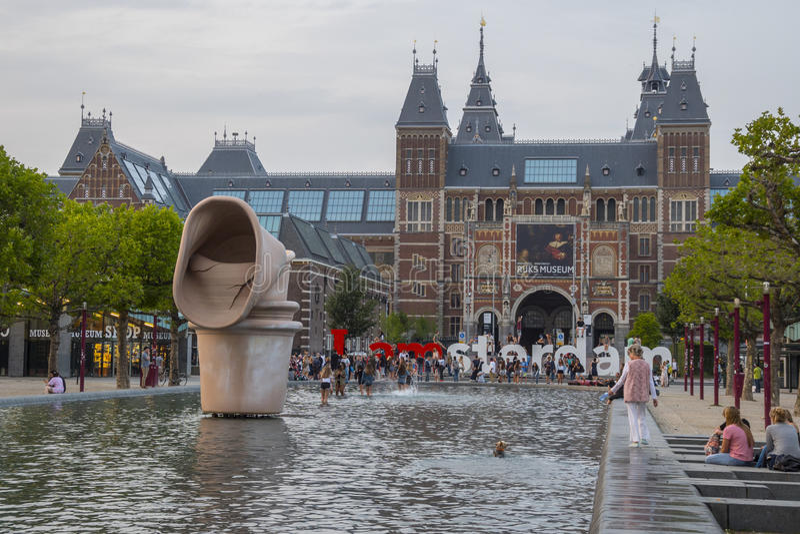 Mycket populärt ställe i Amsterdam fyrkanten på det nationella museet - AMSTERDAM - NEDERLÄNDERNA - JULI 20, 2017 royaltyfria foton